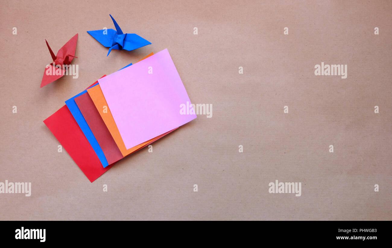 Flach von bunten origami Papiere und gefaltete Papier Kran Stockbild