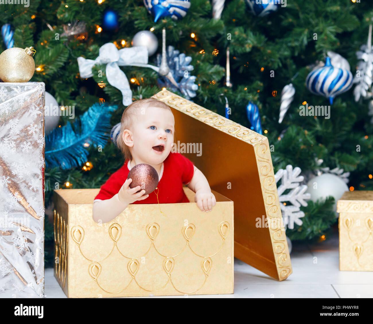 Kleid Tannenbaum.Portrait Von Happy Fröhlich Lächelnd Kaukasische Baby Kleinkind In