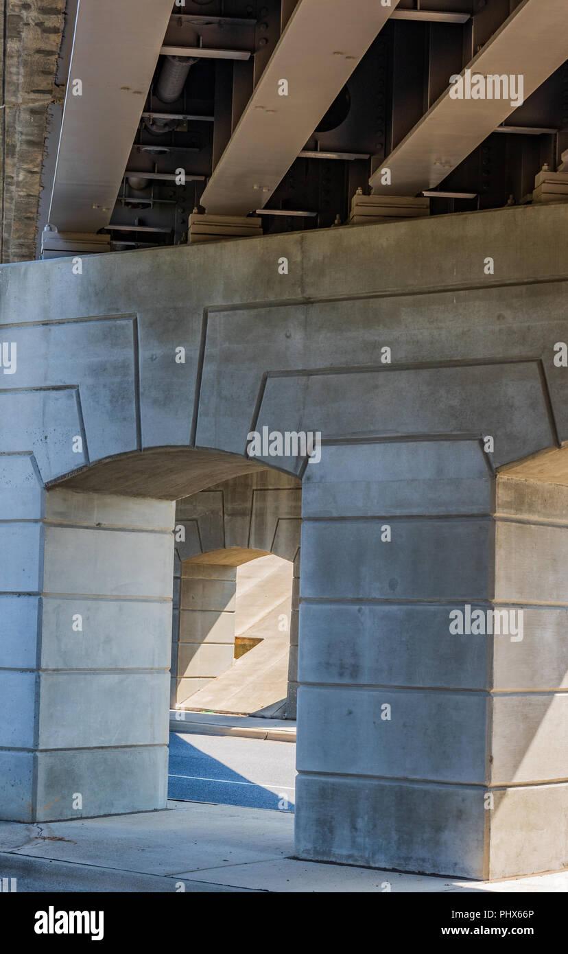 Geometrische Muster, das durch konkrete Spalten unter einer Brücke gebildet. Stockbild