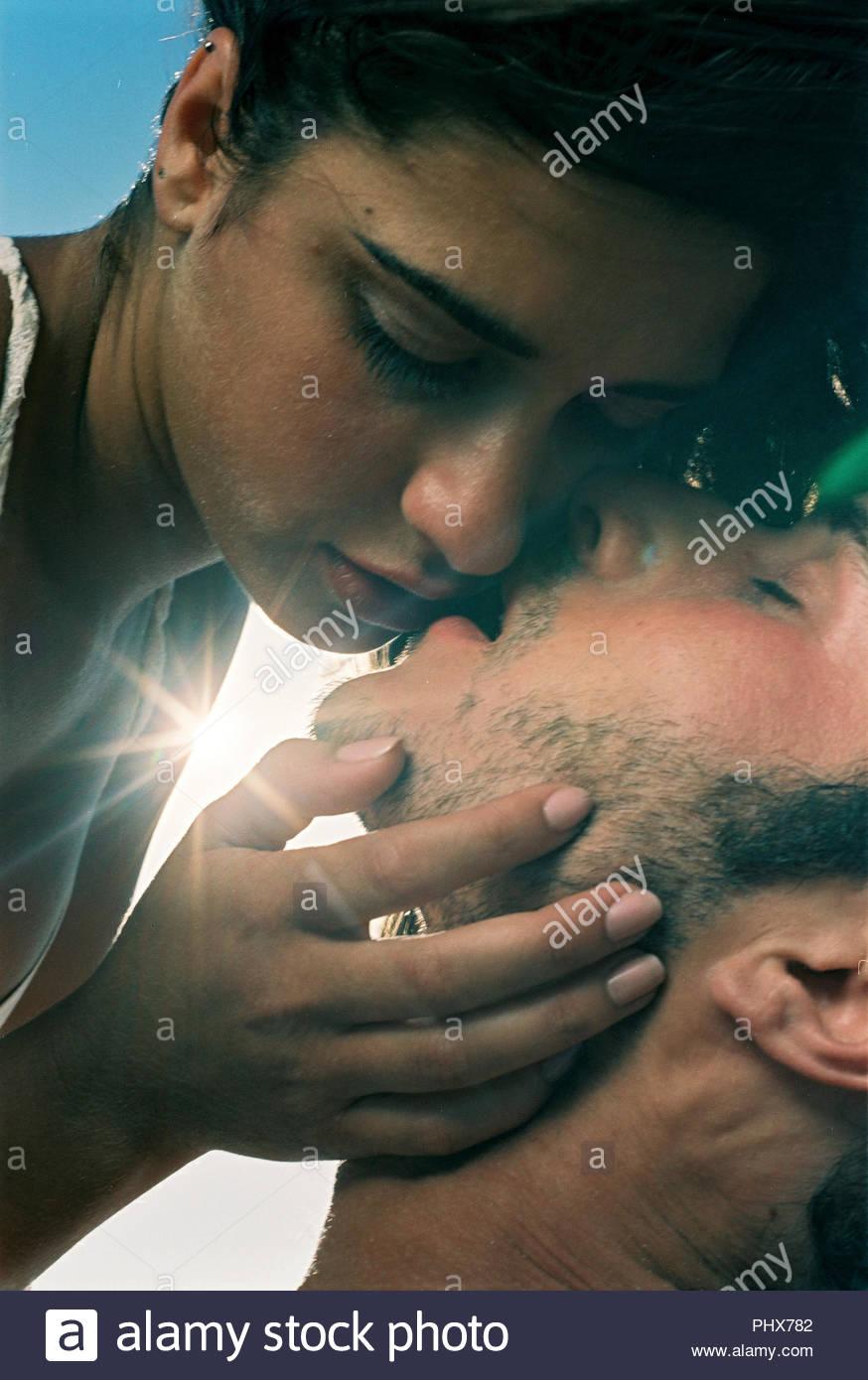 Junge Paar küssen Stockbild