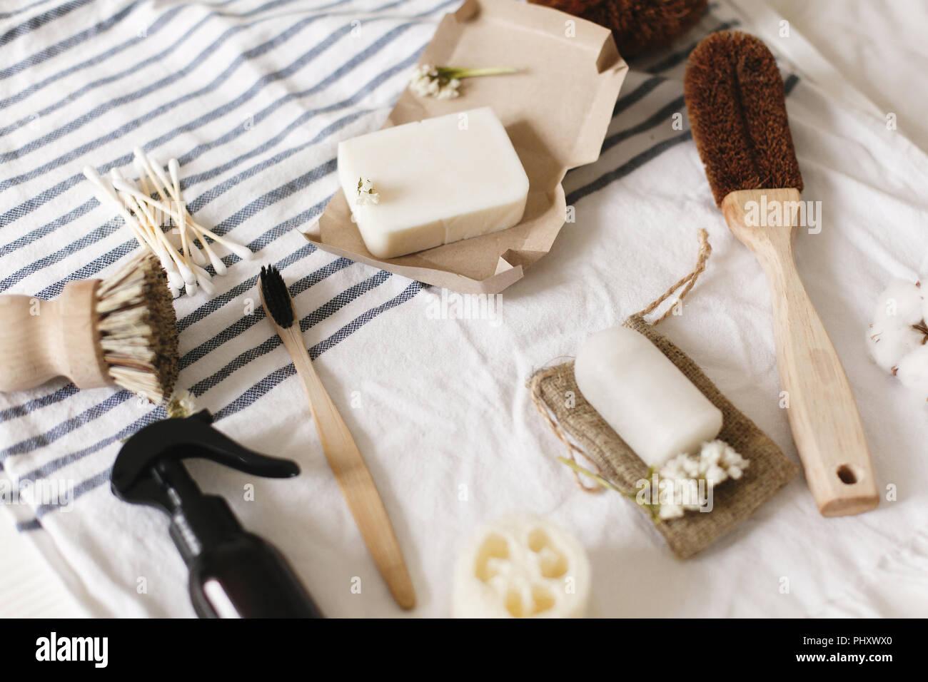 Natürliche eco Luffa, Bambus Zahnbürste, Pinsel, Kokos Seife, handmade Reinigungsmittel und Crystal Deodorant auf dem Handtuch, Badezimmer Essentials. Nachhaltige lifestyl Stockbild