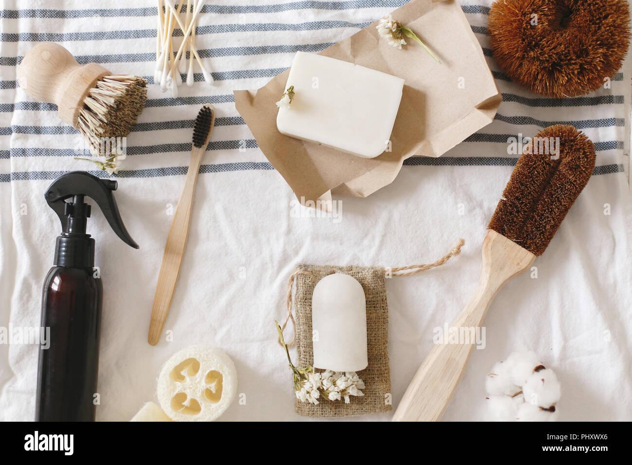 Nachhaltiger Lebensstil Konzept, null Abfall flach. Natürliche eco Luffa, Bambus Zahnbürste, Pinsel, Kokos Seife, handmade Reinigungsmittel und Crystal deodoran Stockbild