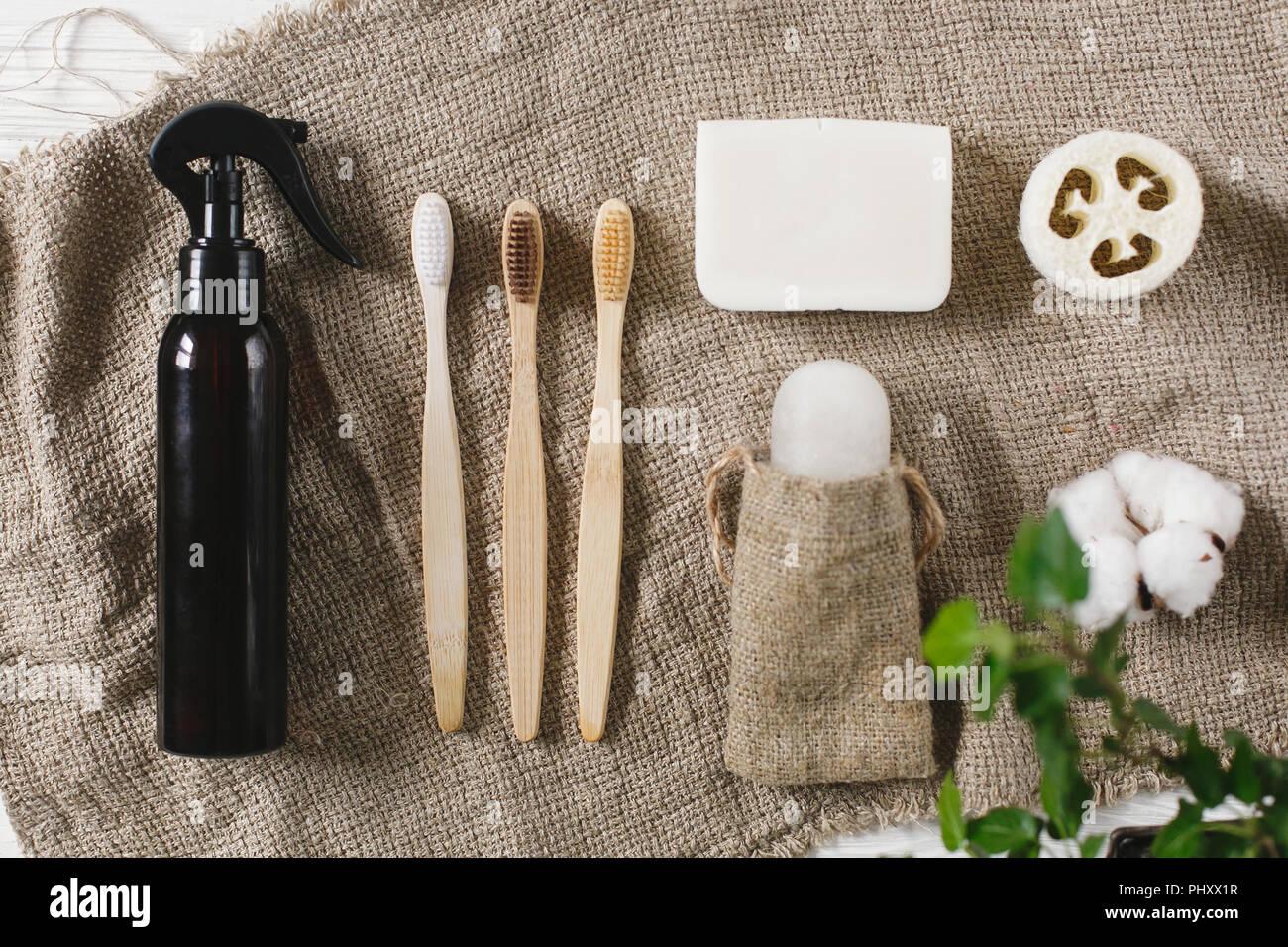 Nachhaltiger Lebensstil Konzept. Eco Natural bamboo Zahnbürste, crystal Deodorant, luffa, Kokos Seife, Baumwolle. Null Abfall flach. Bad Essentials, Stockbild