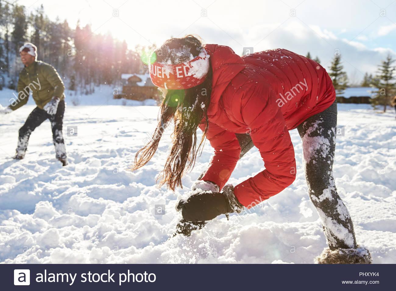 Junges Paar mit Schneeball kämpfen Stockbild