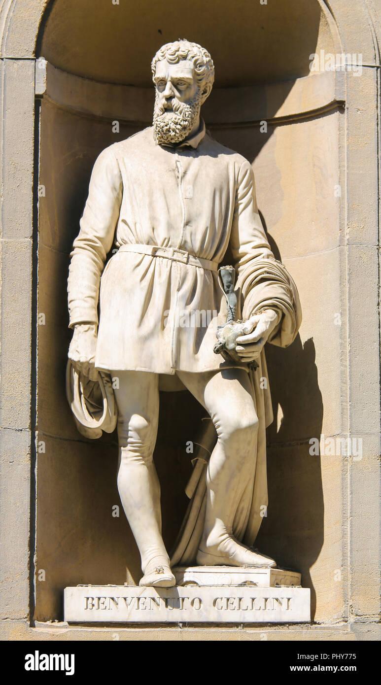Statue von Benvenuto Cellini, einem berühmten 16. Jahrhundert Italienische Goldschmied, Bildhauer, Zeichner, Soldat, Musiker und Künstler in den Uffizien Kolonnade in Fl Stockbild