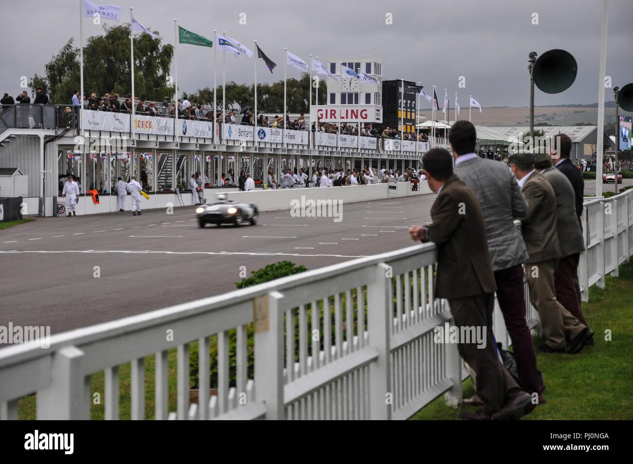 Die Goodwood Revival Die Freddie März Memorial Trophy Rennen, Ausdauer abend Rasse, mit Menschen in Kostümen zu beobachten. Racing Stockbild