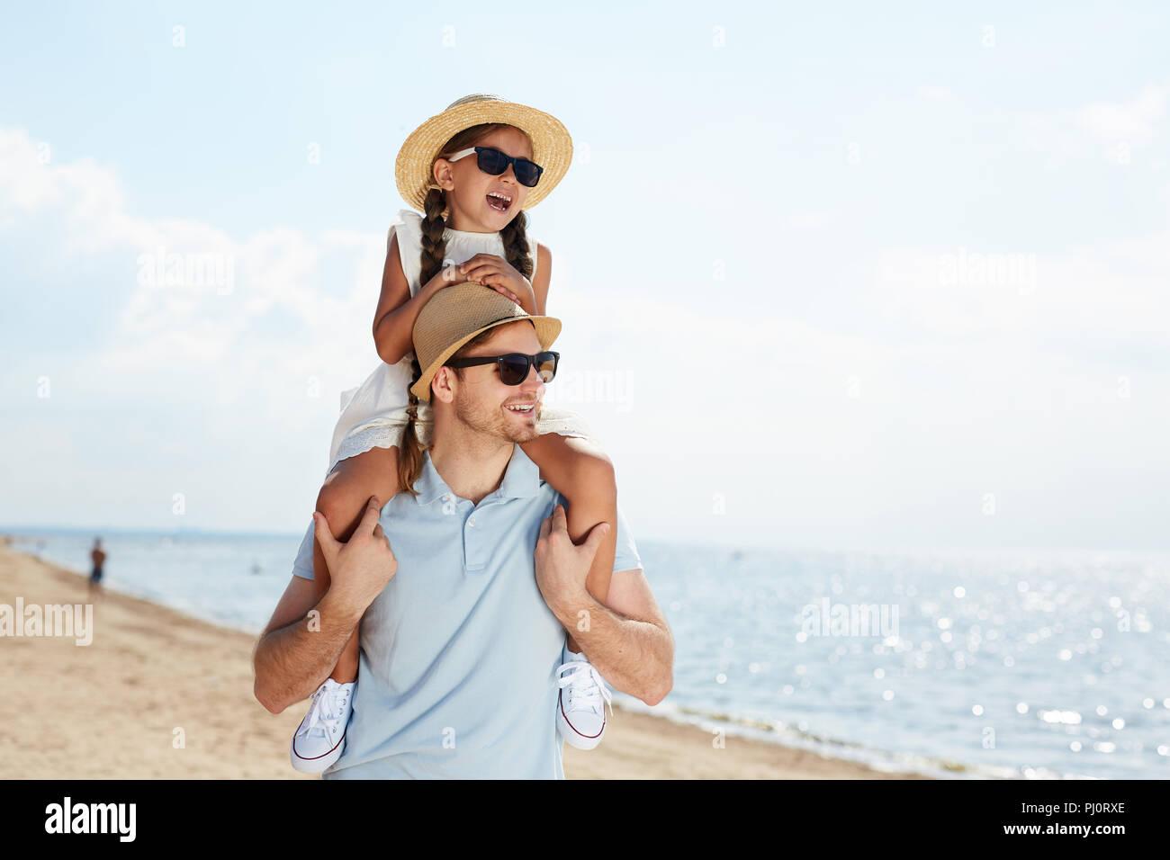 Vater und Kind genießen Ferienhäuser Stockbild