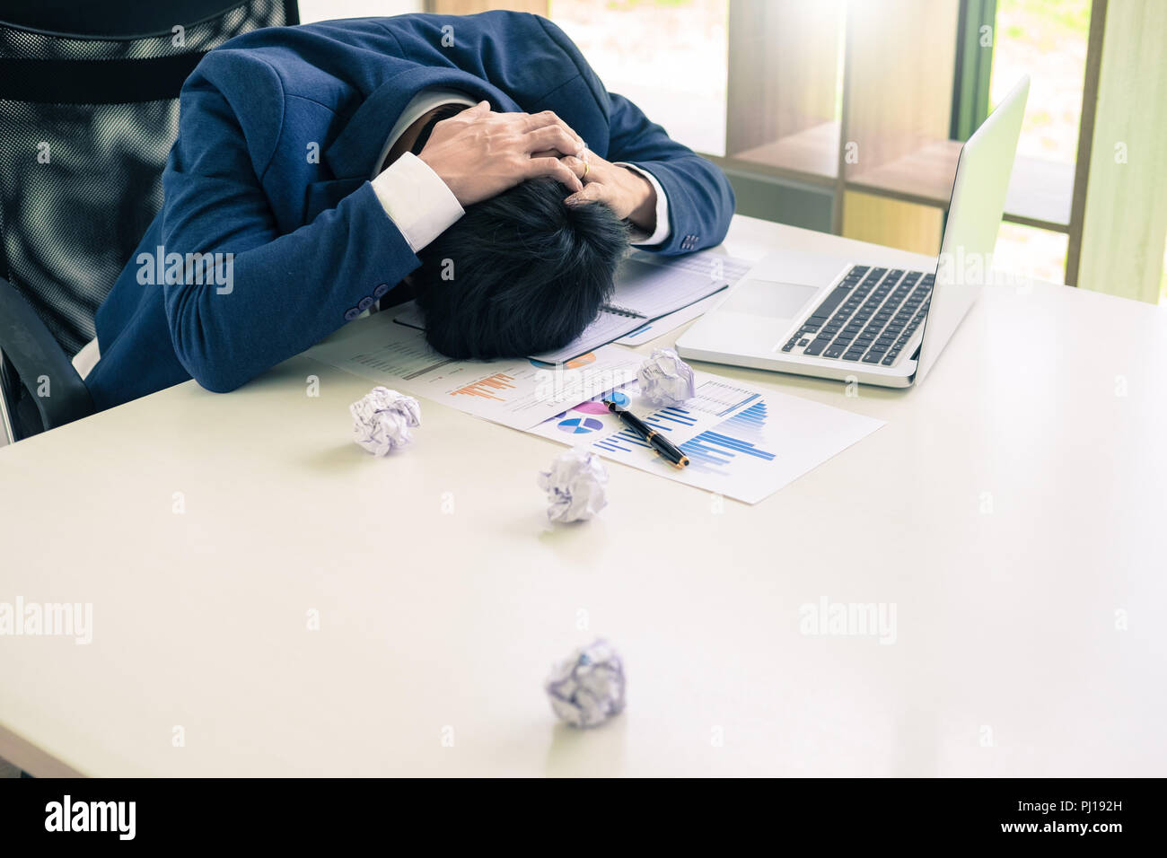 Niedergeschlagen und müde Geschäftsmann Ende traurig und Problembehebung im Amt. im Tagungsraum. betont und bei der Arbeit Krise Konzept besorgt. Stockfoto
