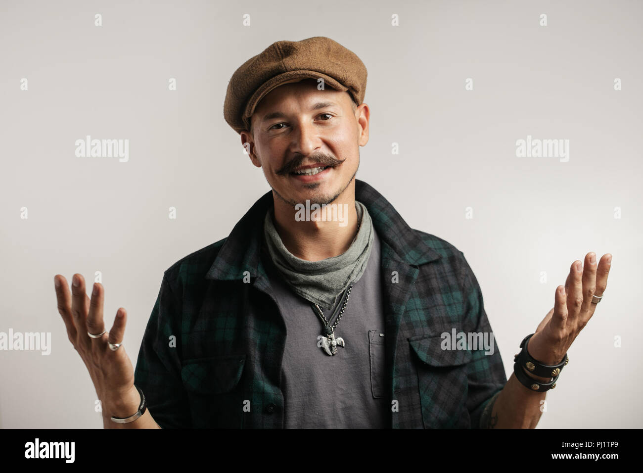 Kaukasische Mann mit Schnurrbart mit Zweifel Ausdruck, sie verwirren und Konzept Wunder. Stockbild