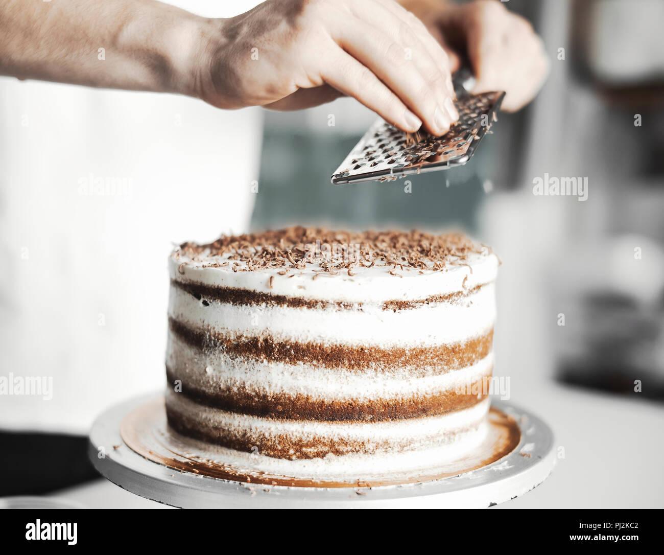 In Der Nahe Der Jugendlichen Attraktive Kochen Kuchen Dekorieren Mit