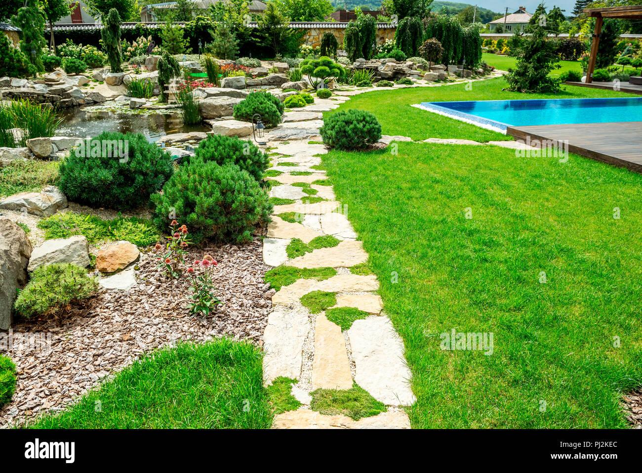 Ein Landhaus mit einem wunderschönen Garten hinter dem Haus, Landschaft design Stockbild