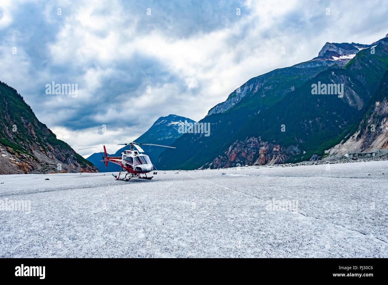 Gletscher Helikopter-tour - Juneau Alaska - ein Hubschrauber landet auf einem Gletscher während einer Kreuzfahrt Schiff Ausflug über die Juneau Icefield, Gilkey Gletscher Stockfoto