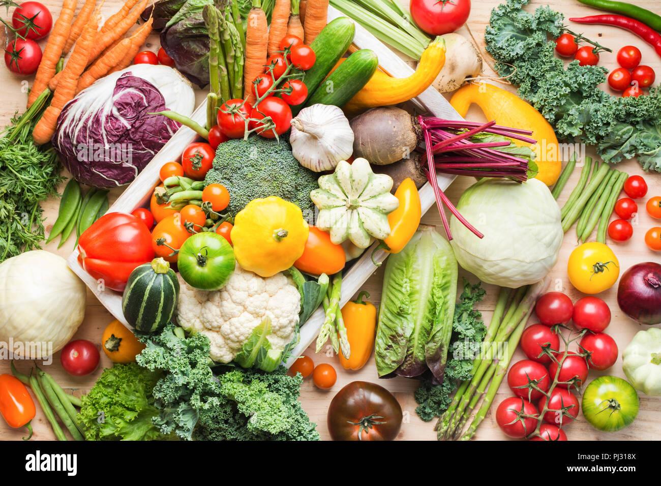 Sortiment an frischen bunten Bio Gemüse in Weiß Fach auf Holz Kiefer Tisch, essen Hintergrund, Ansicht von oben, selektiver Fokus Stockbild