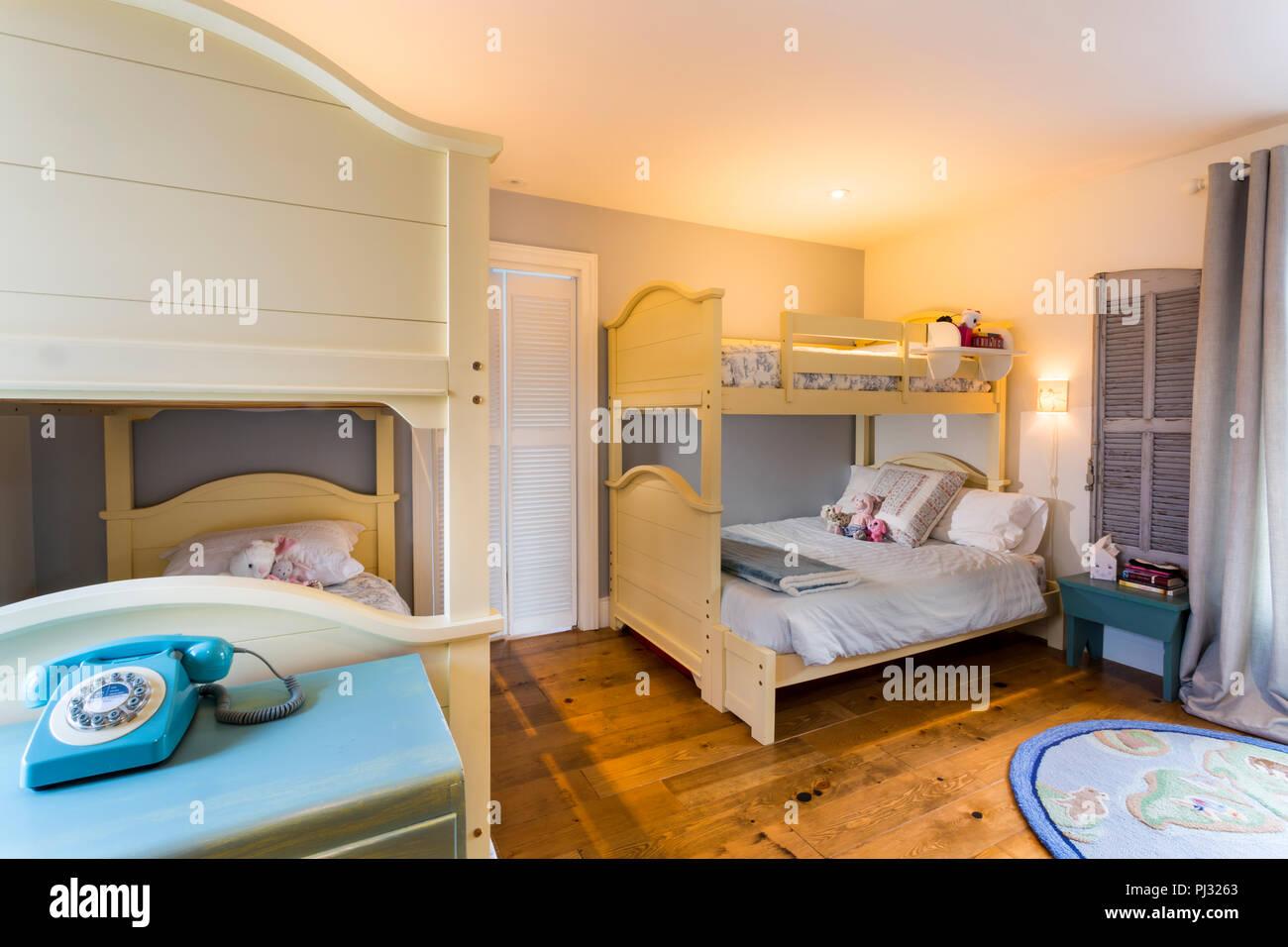 Etagenbett Dreifach : Kinder s schlafzimmer mit etagenbett stockfoto bild: 217655819 alamy