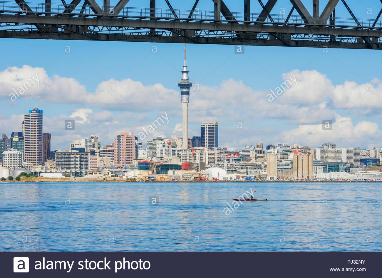Skyline von Auckland Harbour Bridge, Auckland, Nordinsel, Neuseeland Stockbild