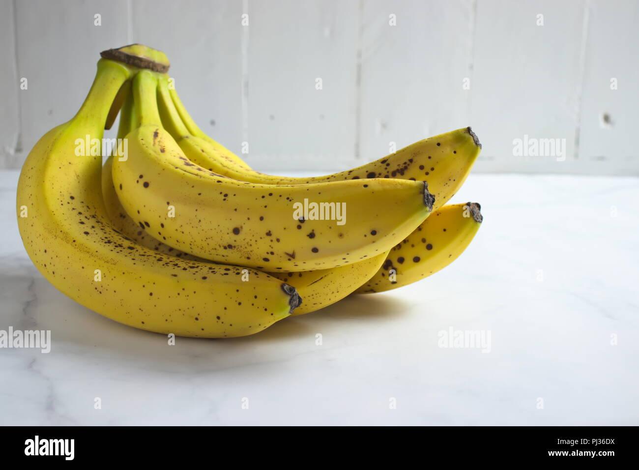 Reife Bananen mit weißem Hintergrund Stockbild