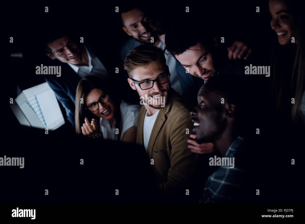 Bis zu schließen. erfolgreiche Business Team in der Nähe des Desktop sitzen am Abend Stockfoto