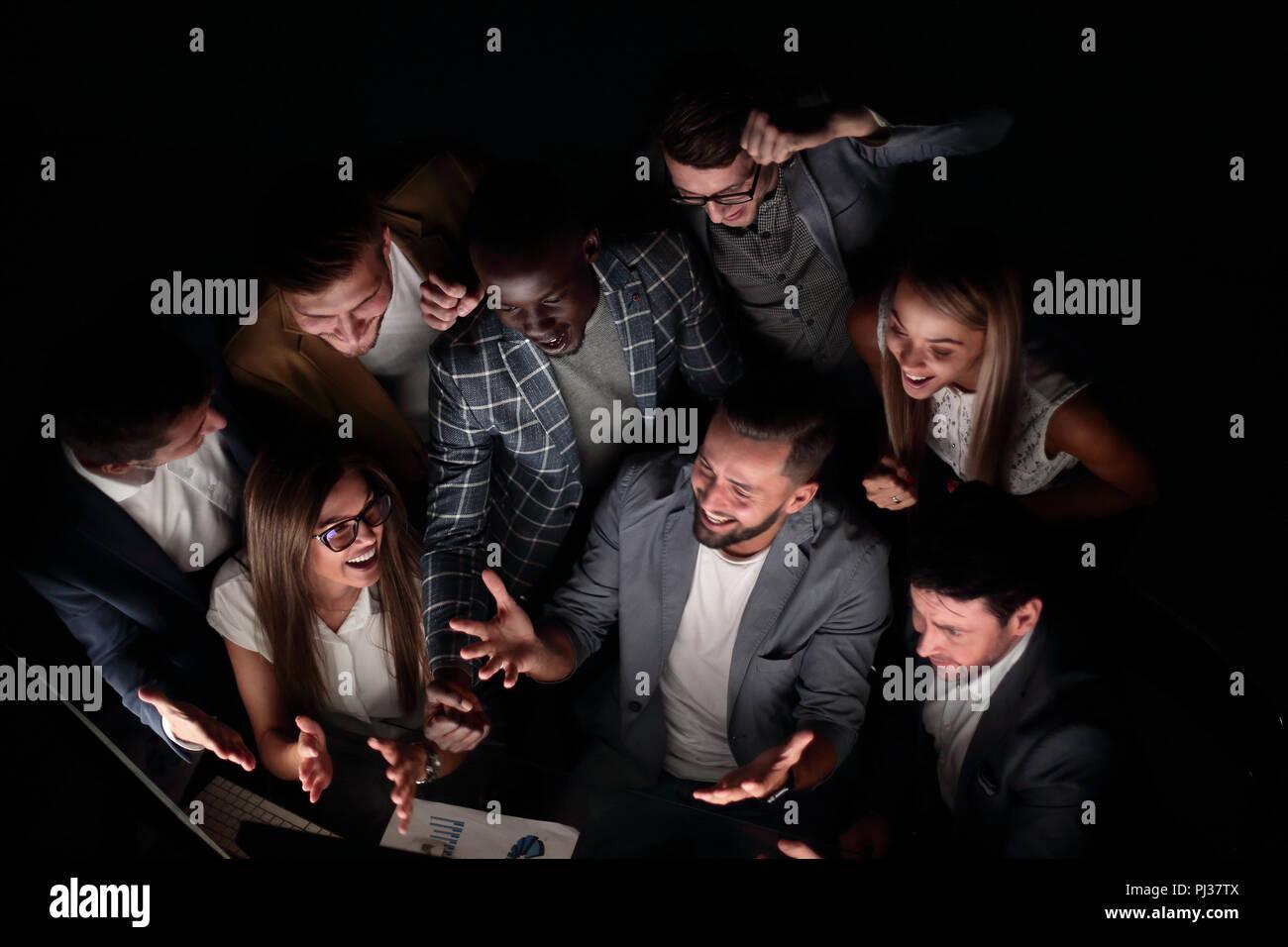 Bis zu schließen. happy Business Team ist zufrieden mit den Ergebnissen Stockbild