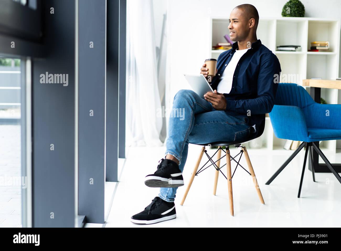 Gerne afrikanische amerikanische Unternehmer mit Tablet-PC. Stockbild