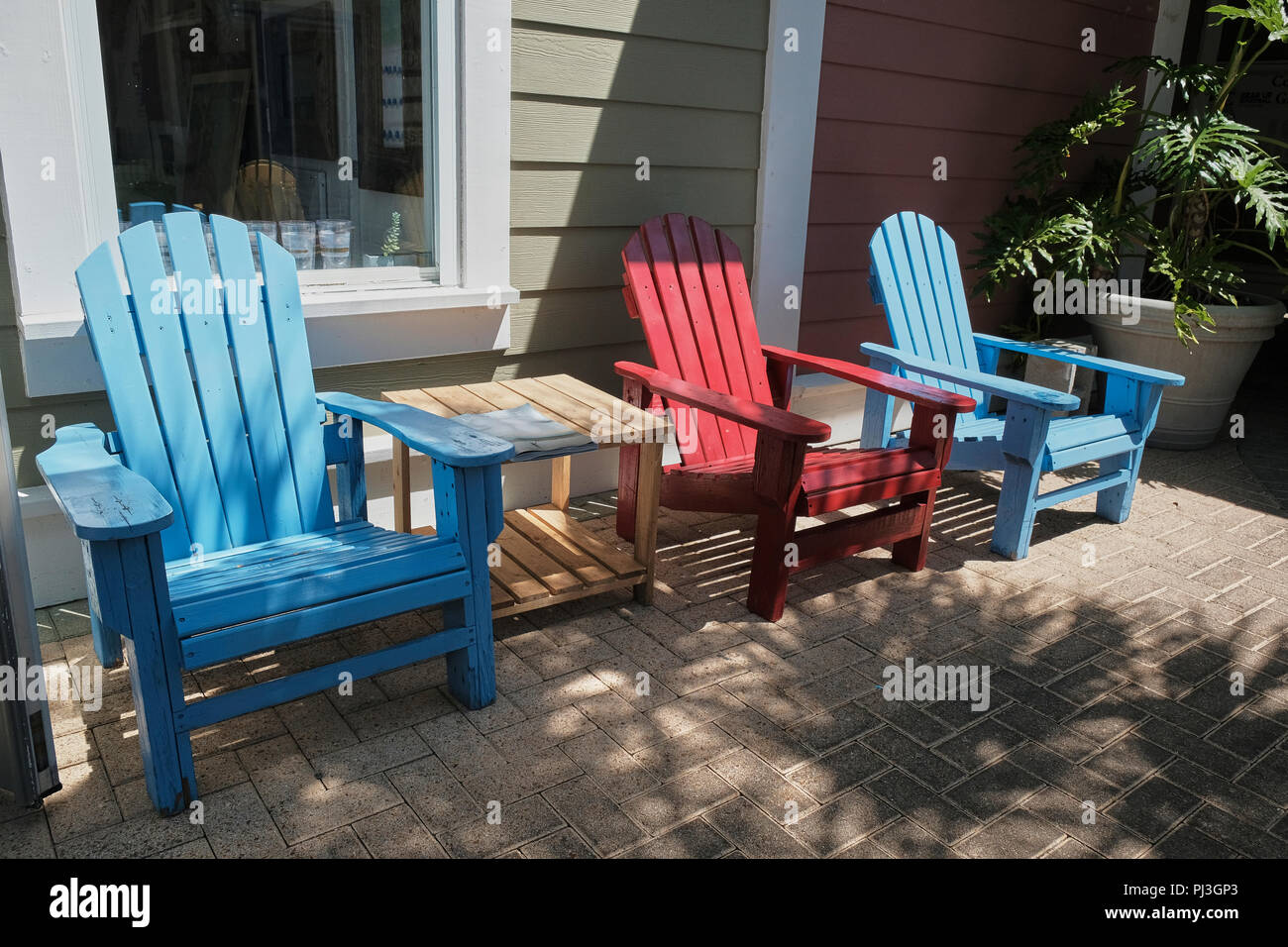 Leere Bunten Adirondack Stuhle Auf Stein Terrasse In Florida Usa Stockfotografie Alamy
