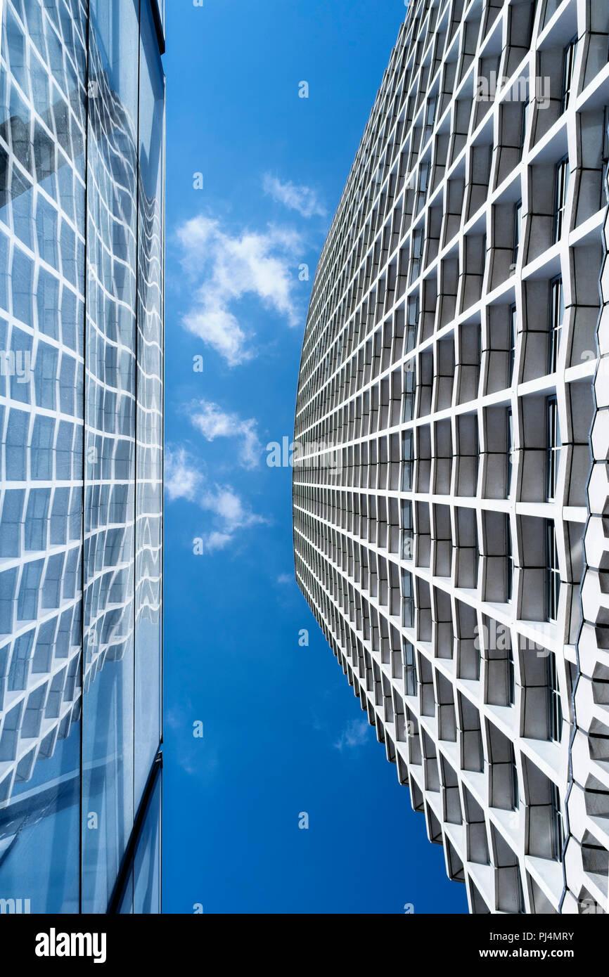 Abstrakte Architektur: Mittelpunkt Gebäude mit Glasfassade spiegelt sich in der Tottenham Court Road U-Bahnstation, London, UK Stockfoto