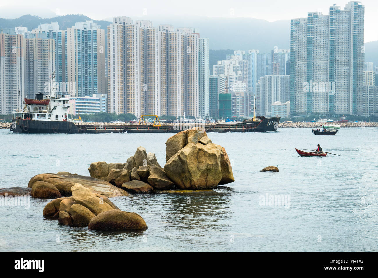 Gemeinsam genutzte Wasserstraße in den Hafen von Hong Kong, im Stadtteil Kwun Tong Hong Kong Stockbild
