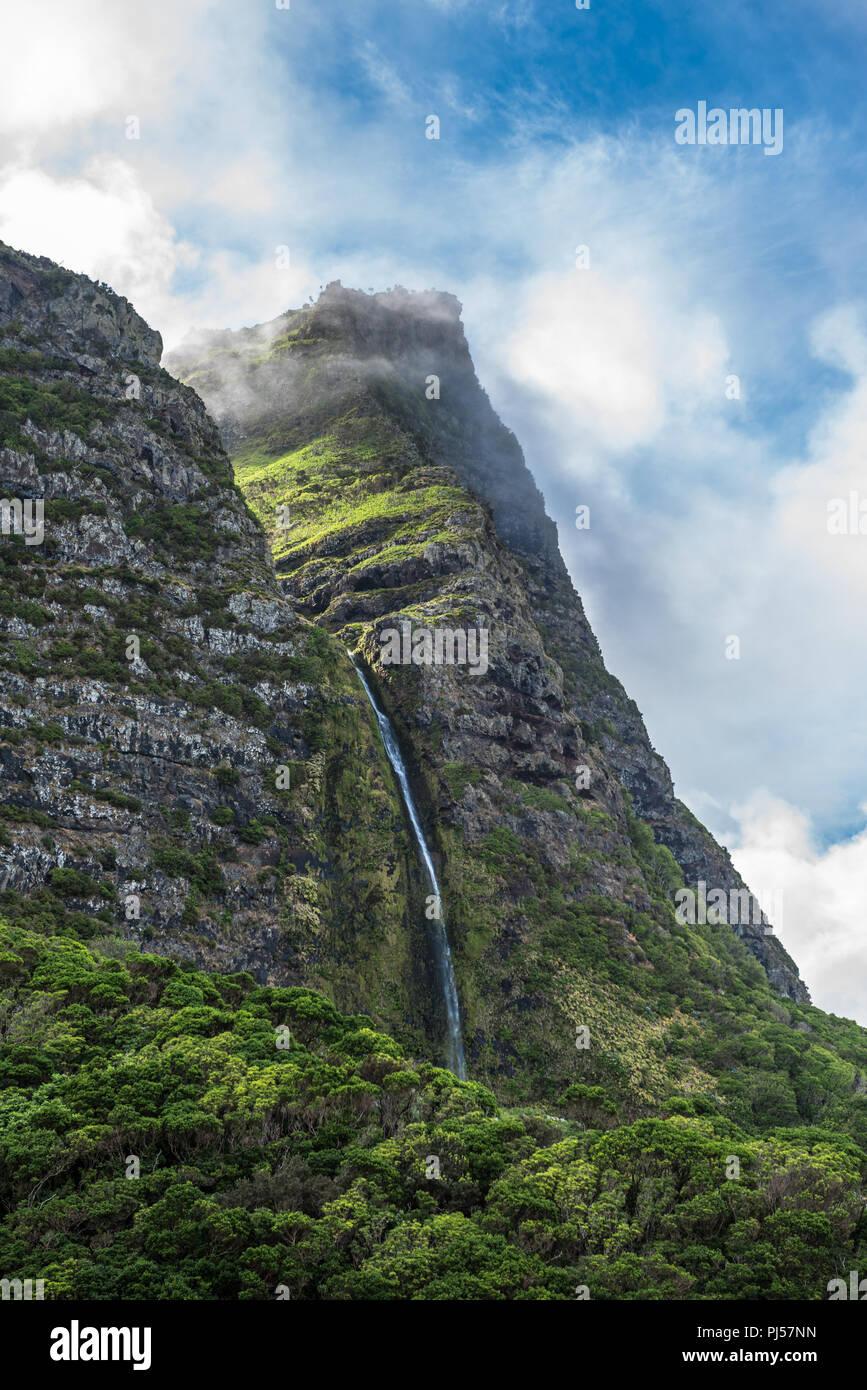 Cascata Do Poço do Bacalhau, ein Wasserfall auf der Azoren Insel Flores, Portugal. Stockbild