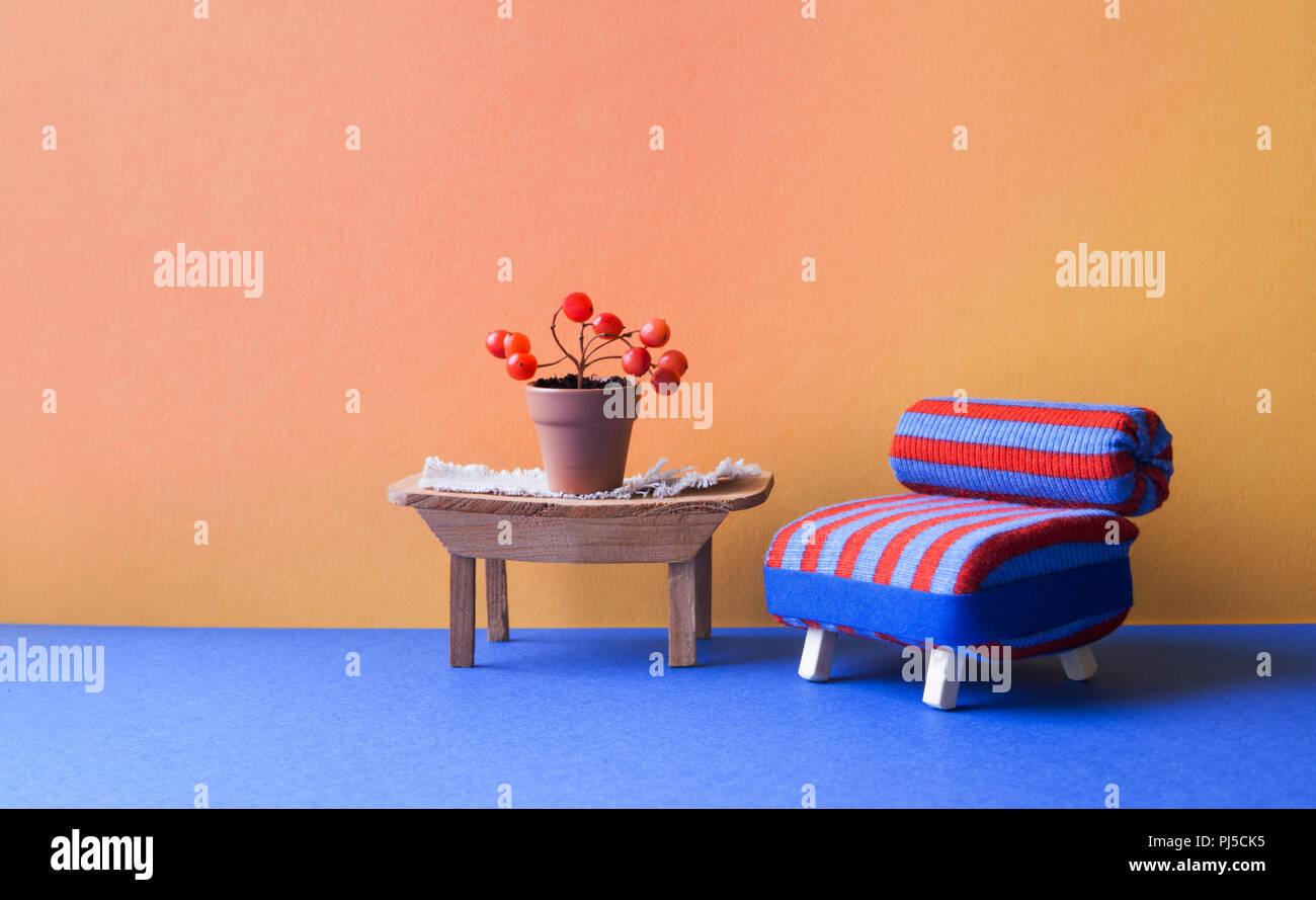 Gemütliches Wohnzimmer eingerichtet. Blau Rot Stuhl Sofa und Tisch ...