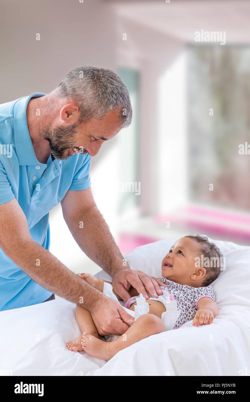 Baby ändern. Liebevoller Vater ändern Windel seiner ...