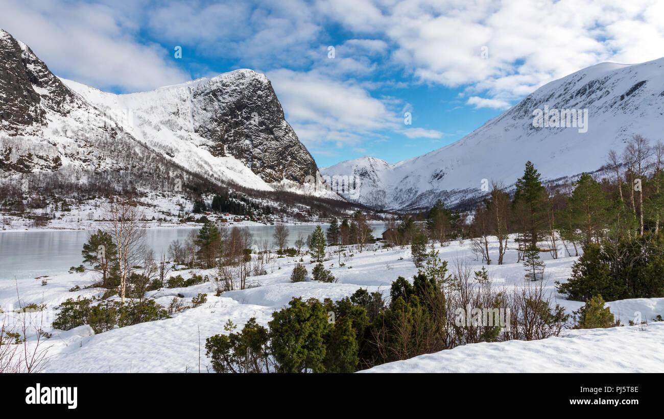 Schneebedeckte Berge über einen zugefrorenen See in Folkestad Norwegen Stockbild
