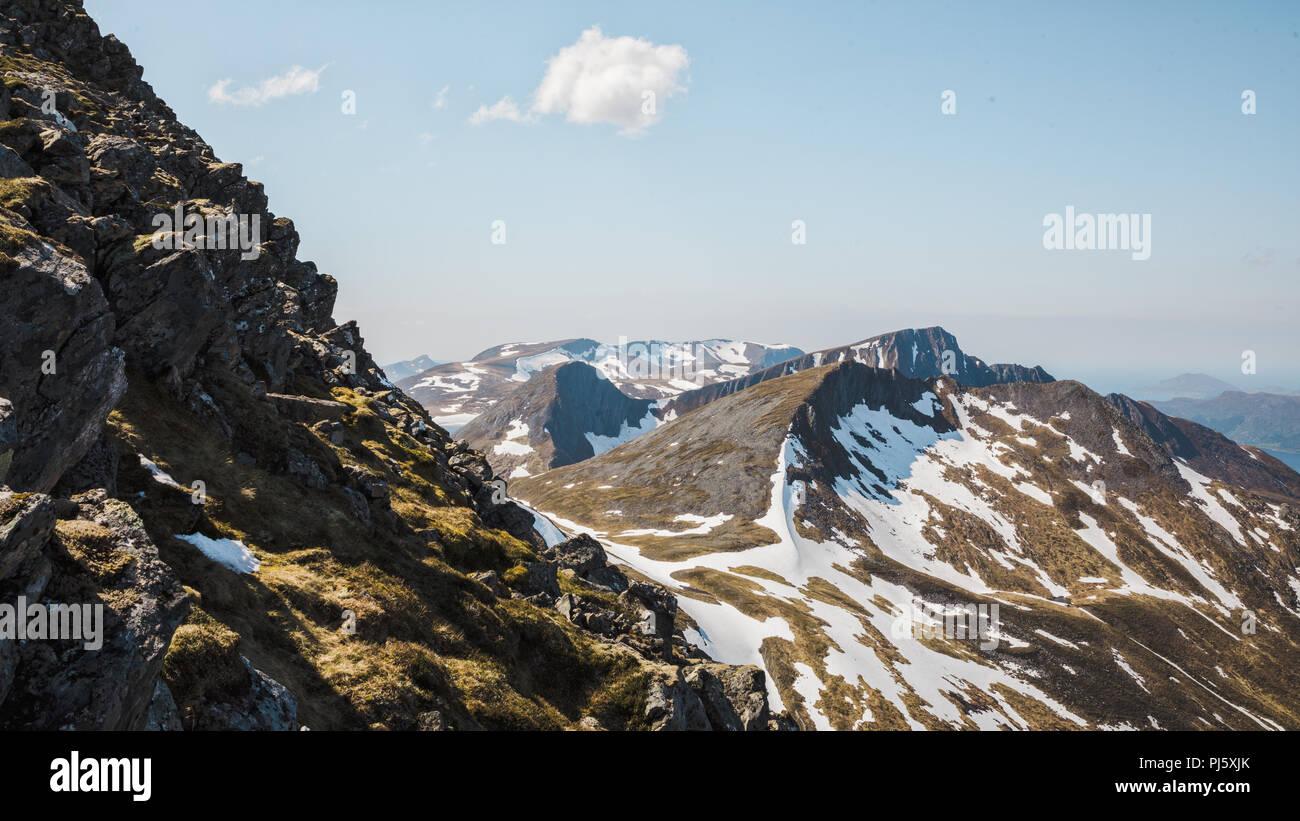 Bergrücken führt von Snøhornet Peak, Lauvstad Norwegen. Stockbild