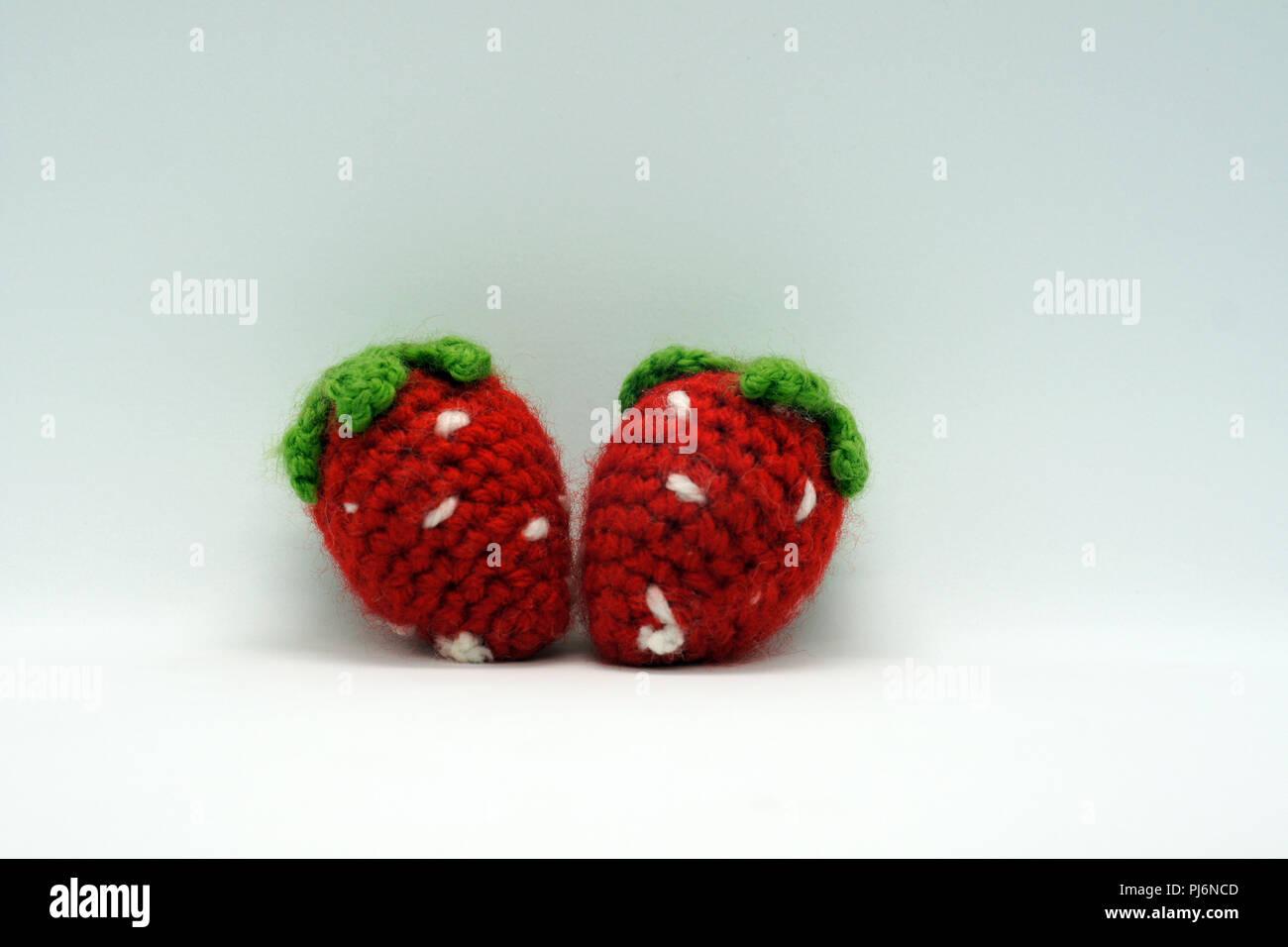 Zwei rote gehäkelte Erdbeeren Stockbild