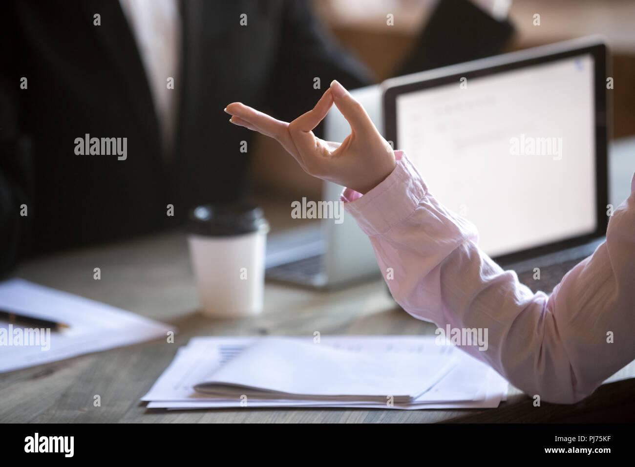 Meditation der Arbeitnehmer am Arbeitsplatz vor Laptop Stockbild