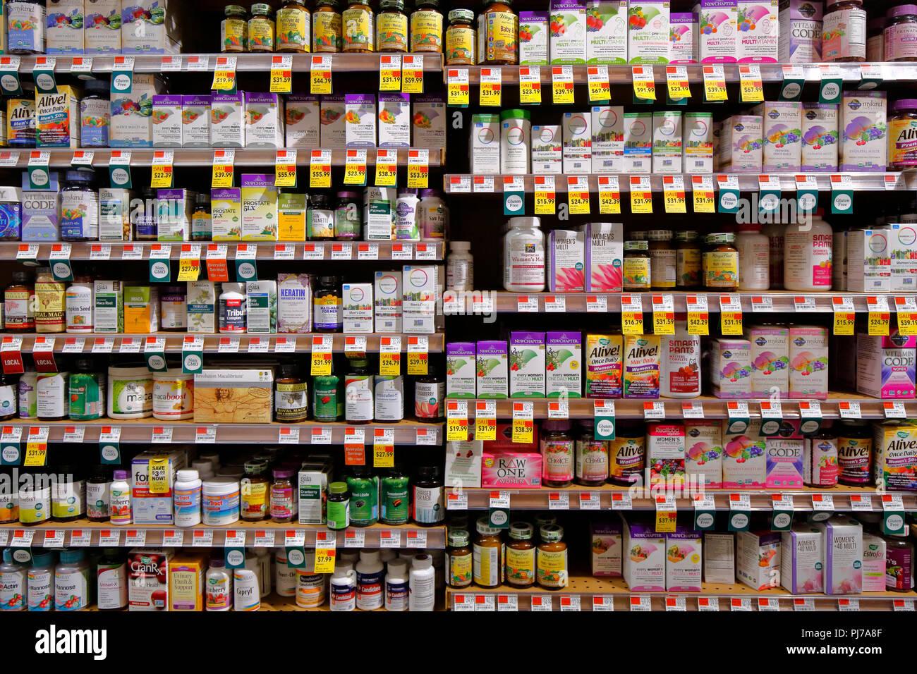 Vitamine, Mineralstoffe und Nahrungsergänzungsmittel an einem Gesundheit Nahrungsmittelspeicher Stockbild