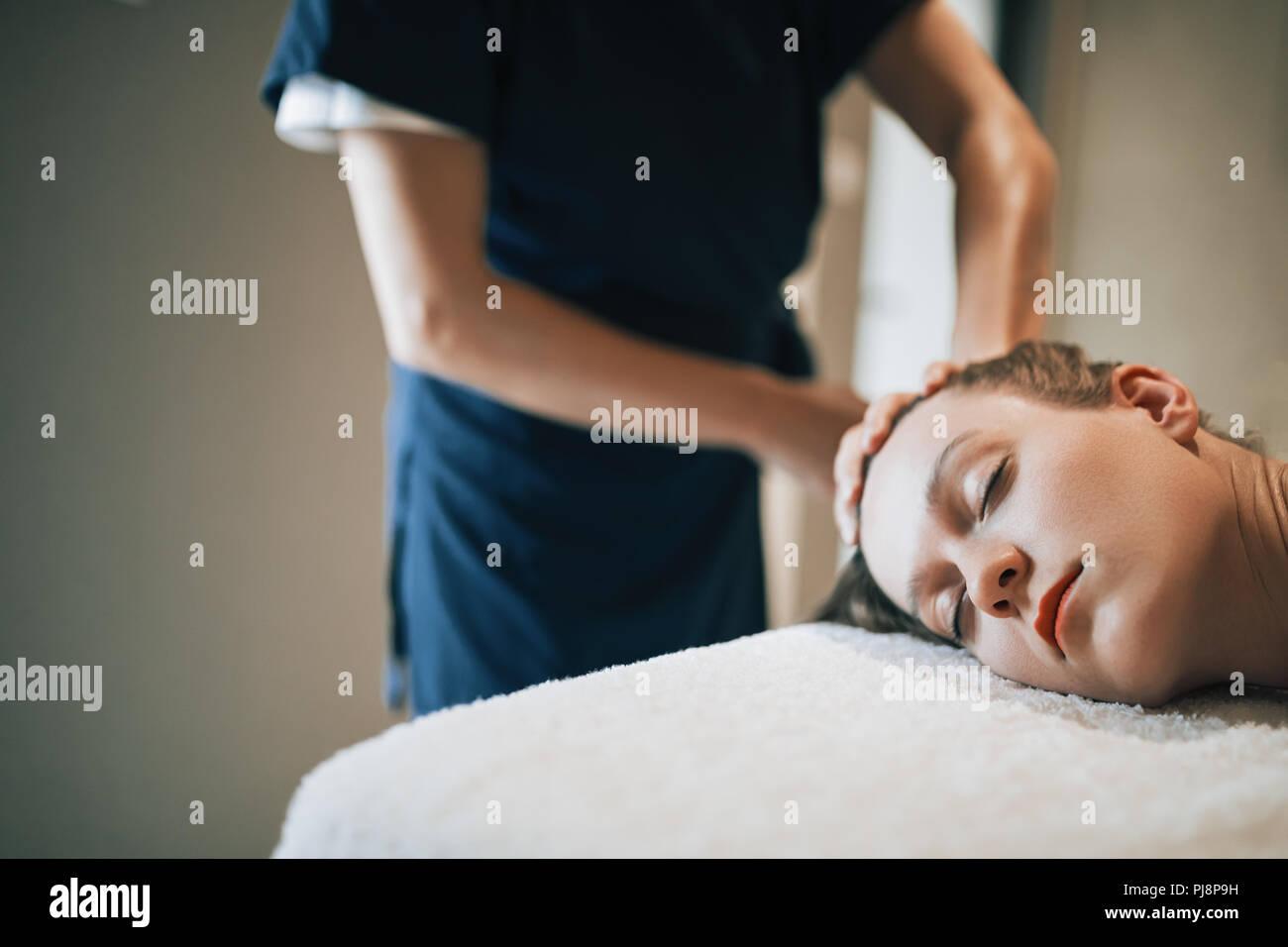 Regenerierende Massage von Masseur Stockbild