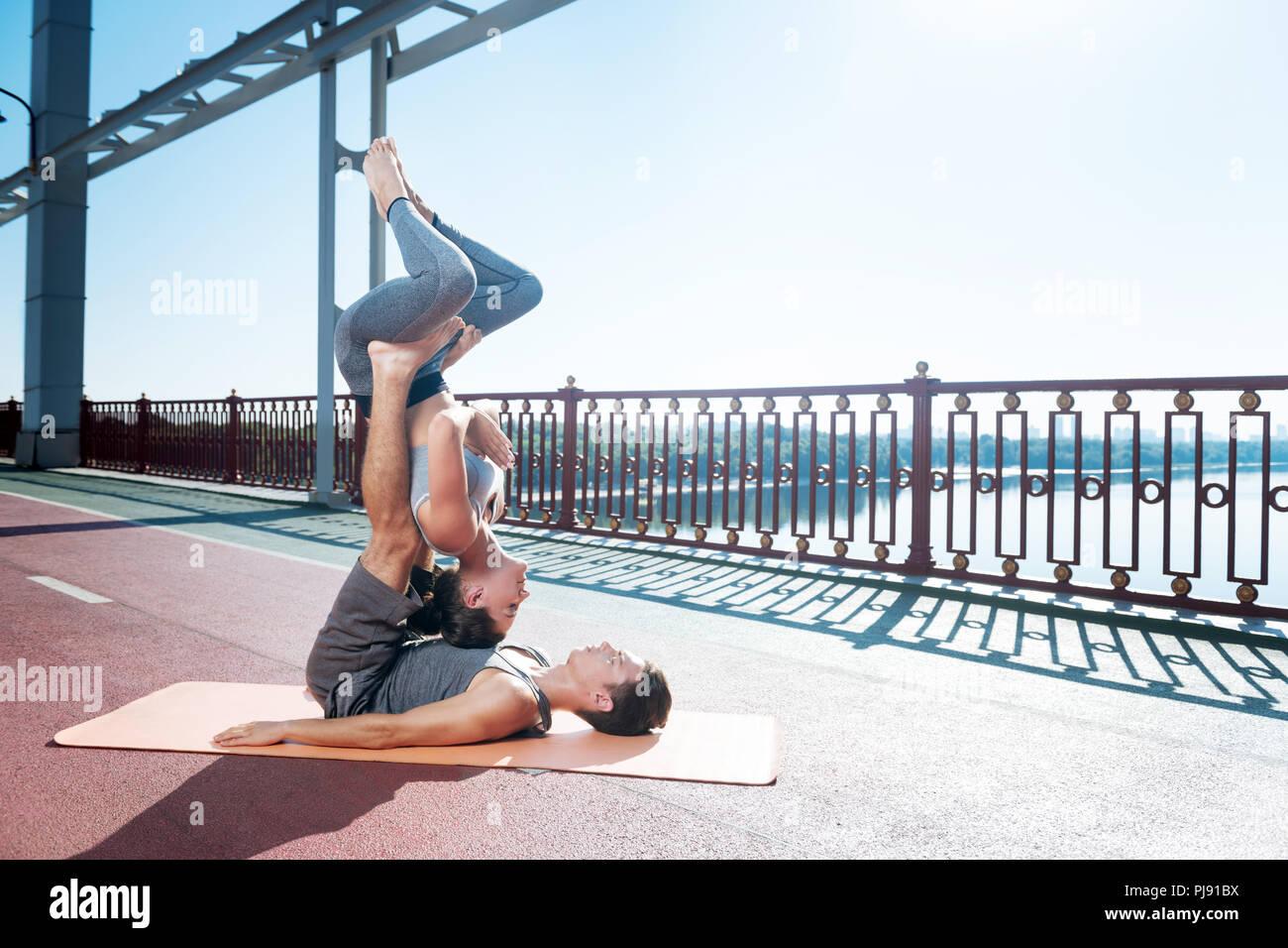 Konzentrierte sich Mann und Frau tun stellt zusammen Stockfoto