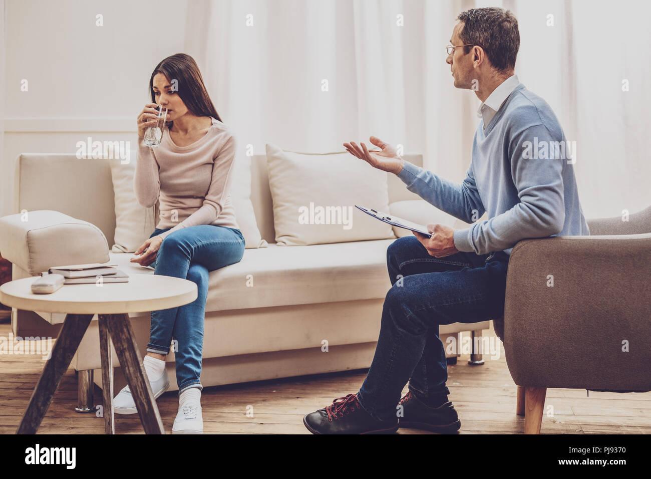 Professionelle männlichen Therapeut seinen Patienten helfen Stockbild