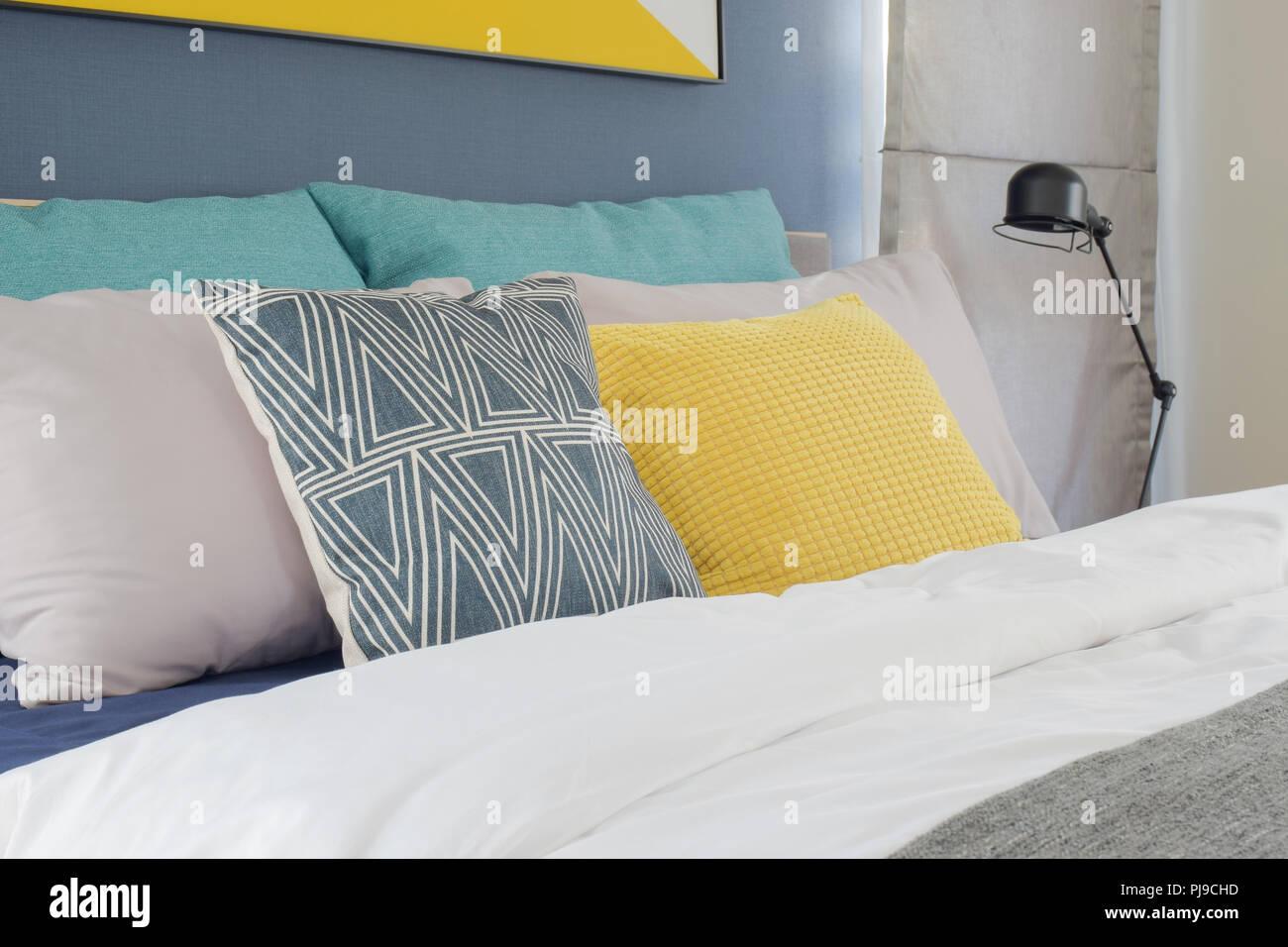 Gelb, Grau und Türkis Kissen Einstellung auf dem Bett im ...