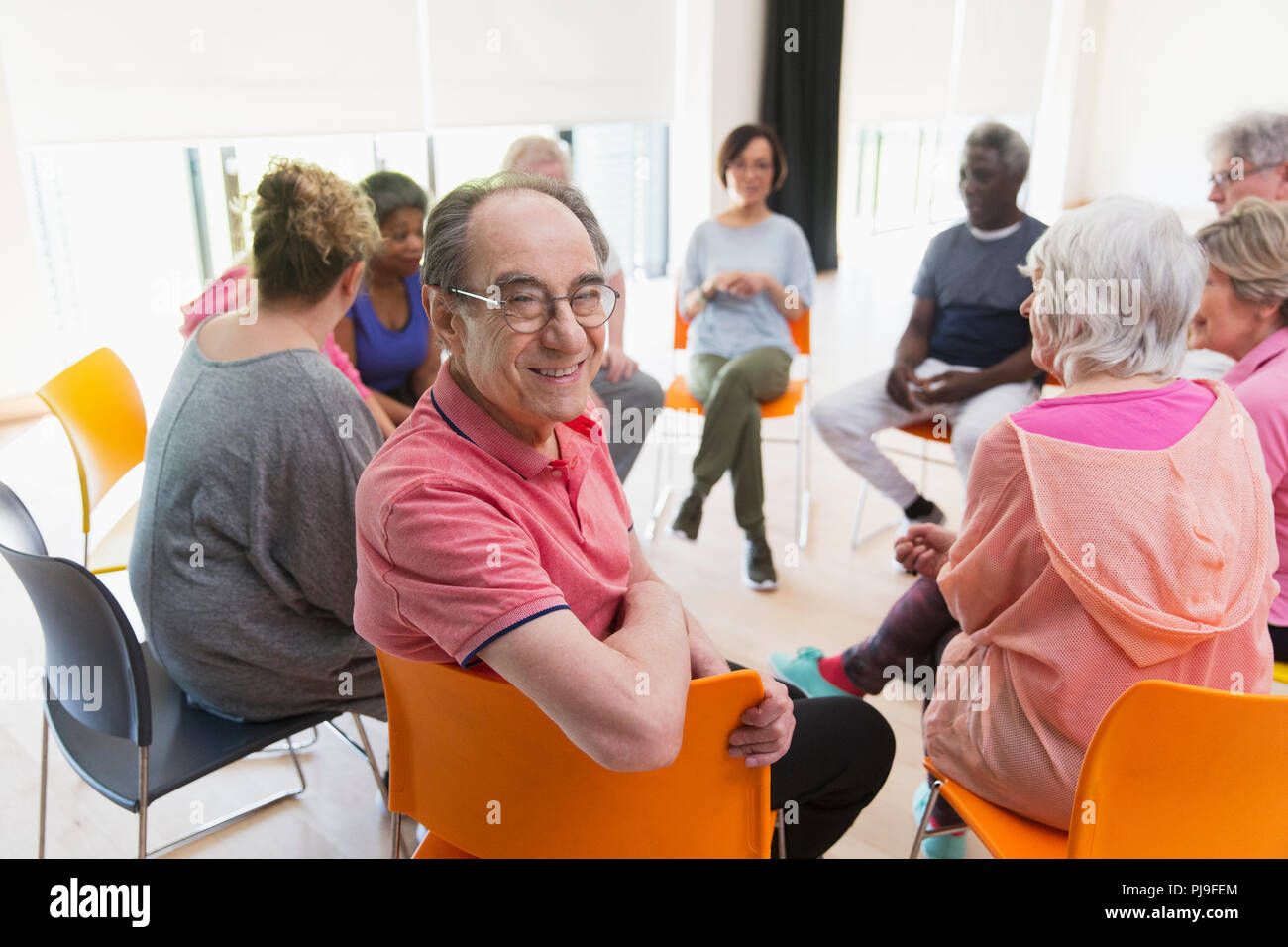 Portrait happy Active Senior mann Treffen mit der Gruppe im Kreis in der Mitte Stockbild