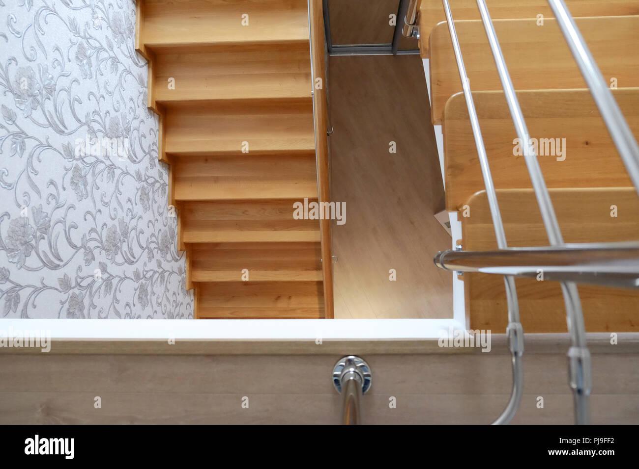 Moderne Holztreppe hölzerne treppe im haus. moderne holztreppe eiche schritte. die