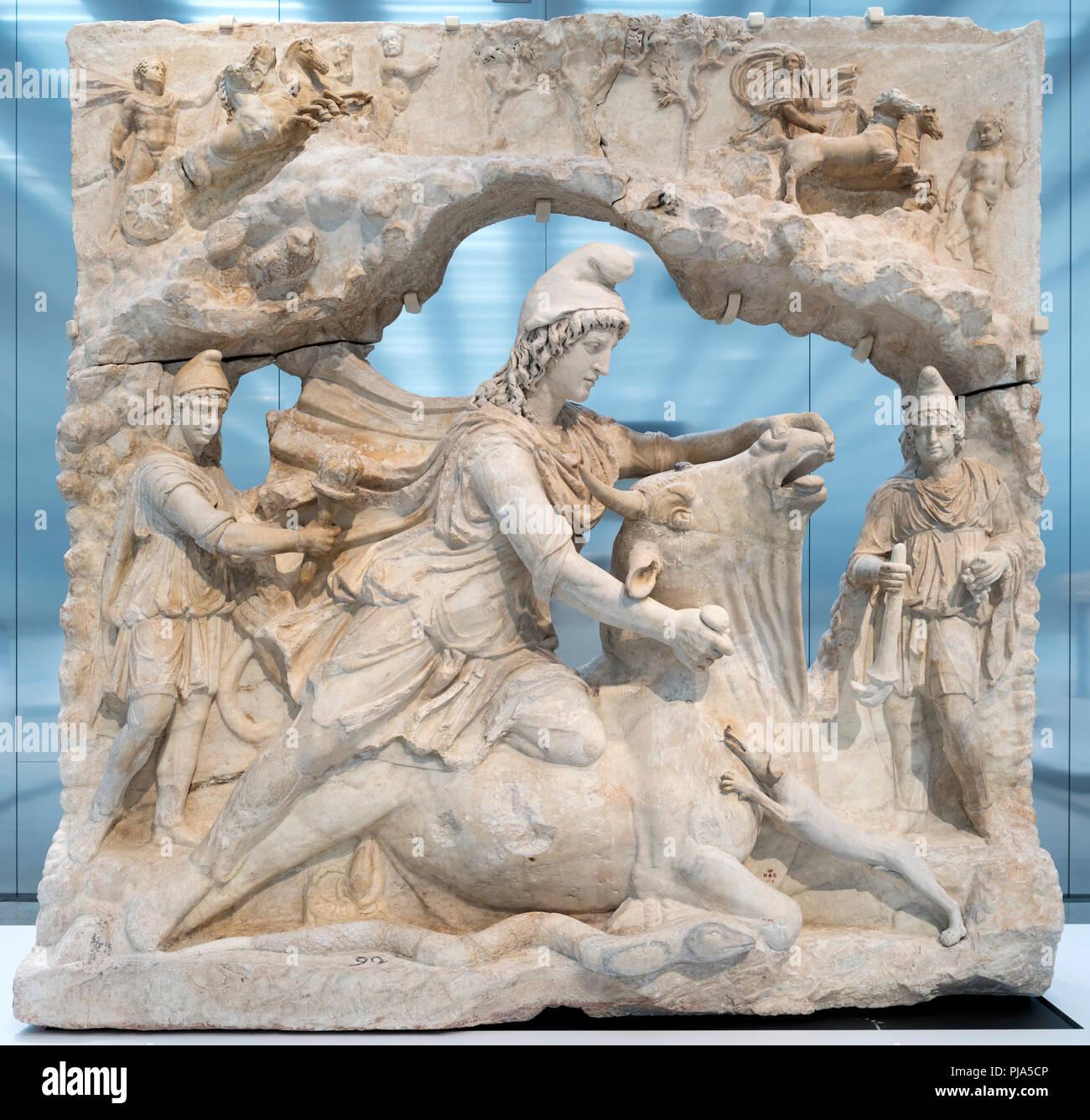 Relief von Mithra, die persischen Sonnengottes, opferten einen Stier. Aus der Zeit um 100-200 AD. Stockbild