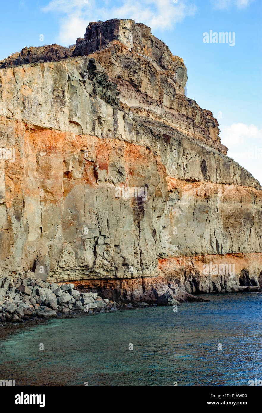 Schöne Aussicht auf den Klippen in sehr beliebte Urlaubsort Puerto de Mogan Stockbild