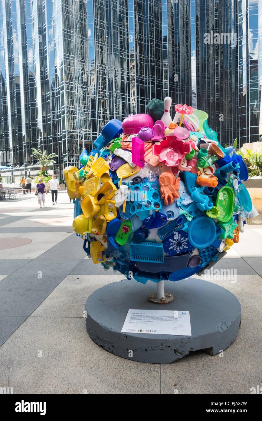 Offentliche Kunst Ausstellung Cool Globes Heisse Ideen Fur Einen Kuhler Planet In Pittsburgh Zum Bunten Kugeln Zu Losungen Fur Den Klimawandel Fordern Stockfotografie Alamy
