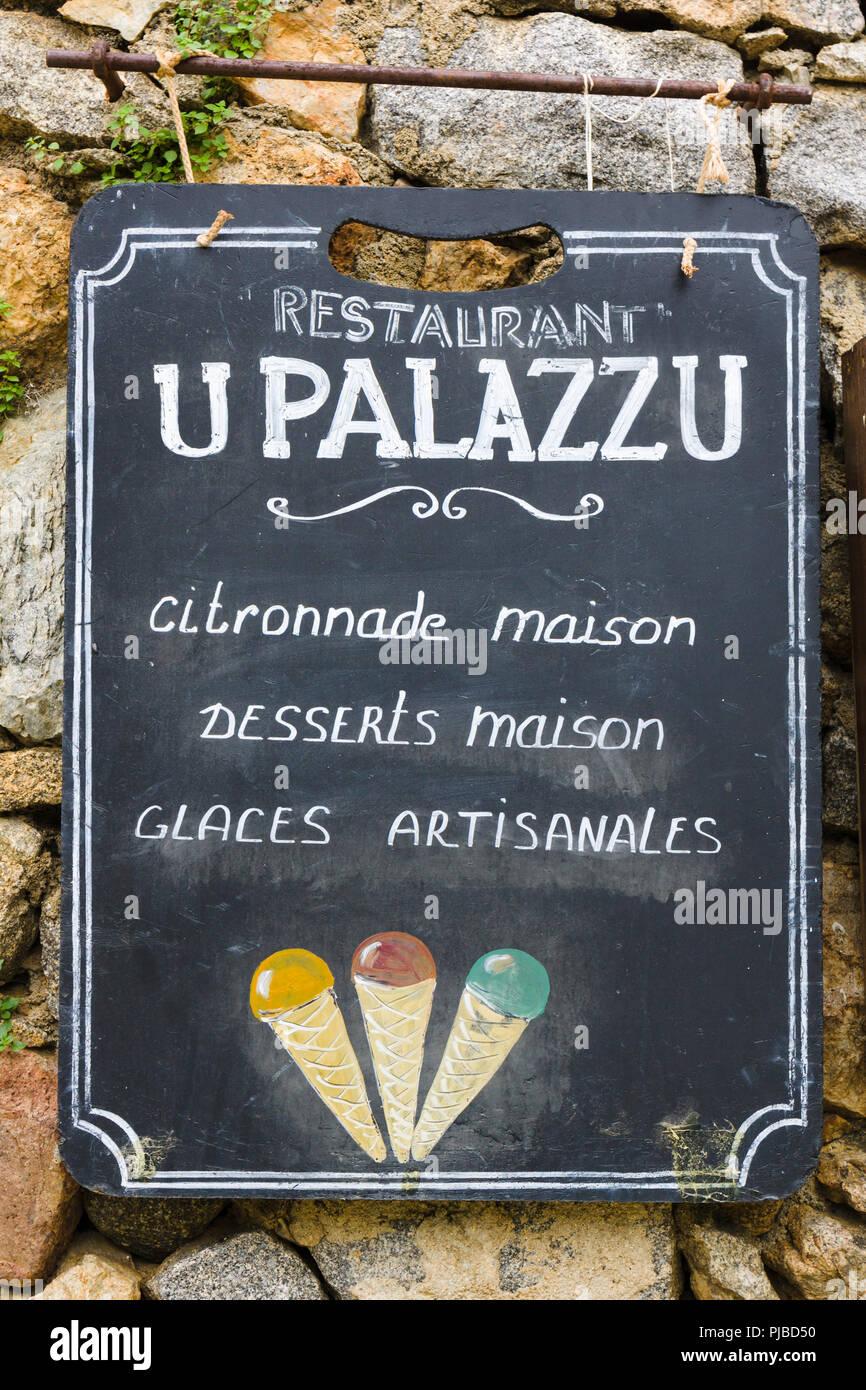 Schiefertafel Zeichen für U Palazzu Restaurant in Pigna, Balagne, Korsika, Frankreich Stockbild
