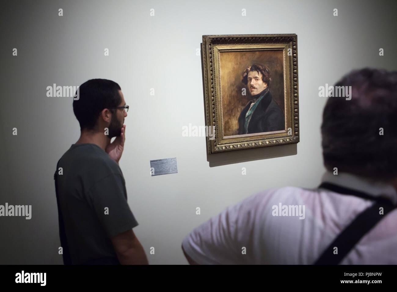 """Besucher vor dem Selbstportrait von Französischen romantischen Maler Eugène Delacroix, bekannt als """"Self-portrait in der grüne Weste' (1837) an seiner Retrospektive im Musée du Louvre in Paris, Frankreich angezeigt. Die Ausstellung, die Meisterwerke der Führer der französischen Romantik läuft bis 23. Juli 2018. Stockbild"""