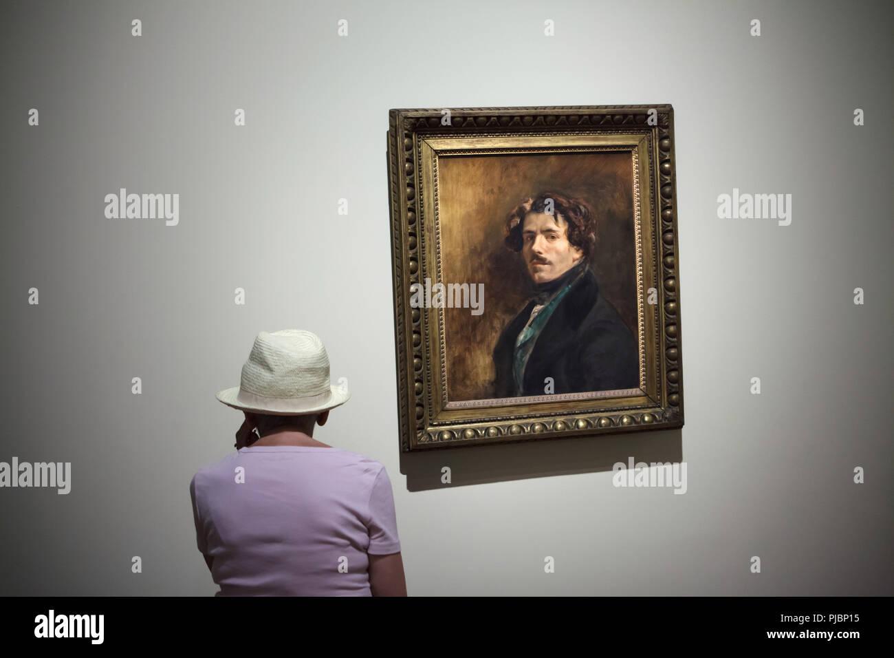 """Besucher vor der Self-portrait von Französischen romantischen Maler Eugène Delacroix, bekannt als """"Self-portrait in der grüne Weste' (1837) an seiner Retrospektive im Musée du Louvre in Paris, Frankreich angezeigt. Die Ausstellung, die Meisterwerke der Führer der französischen Romantik läuft bis 23. Juli 2018. Stockbild"""