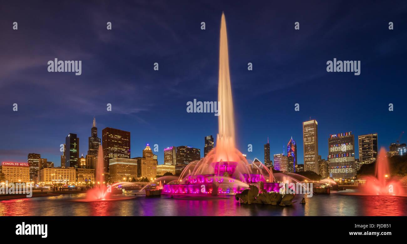 Chicago, eine Stadt im US-Bundesstaat Illinois, ist die bevölkerungsreichste Stadt der Vereinigten Staaten. Zu sehen ist hier Buckingham Fountain. Stockfoto