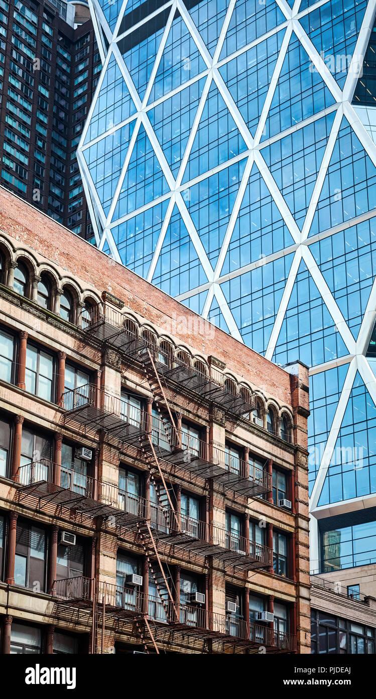 Altes Gebäude mit Feuer im Gegensatz zu modernen Architektur in New York City, USA. Stockbild
