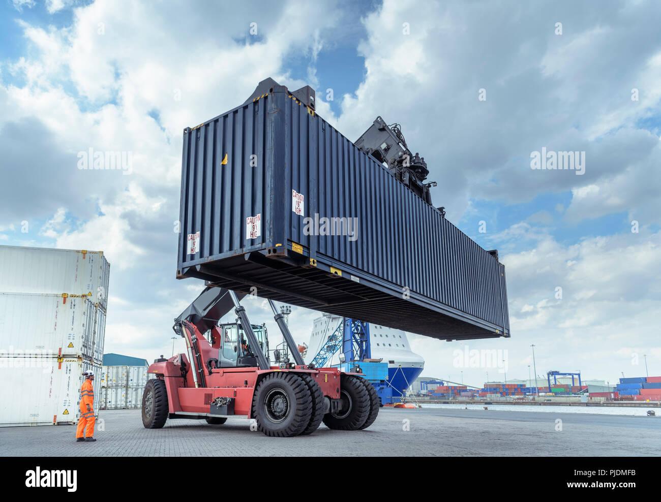 Container mit Shipping Container im Hafen Stockbild