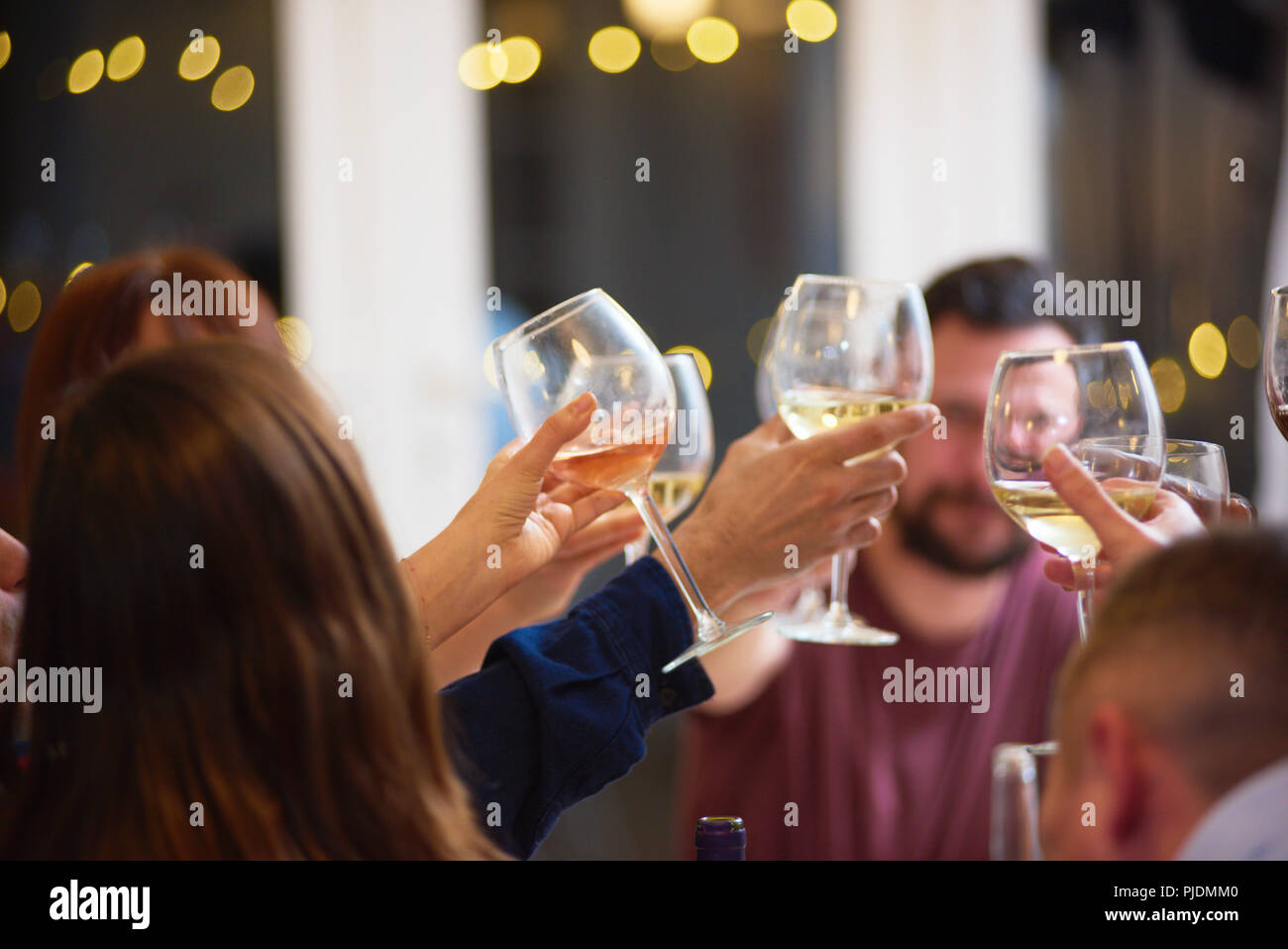 Freunde, toasten bei Dinner-party Stockbild